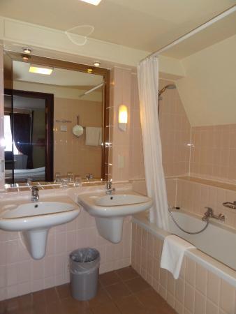 ruime badkamer - Picture of Fletcher Hotel-Restaurant Auberge De ...