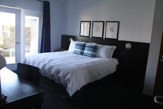 Marina Grand Resort: King bedroom with door to the patio