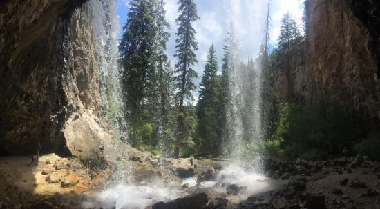 Hanging Lake Trail: Behind the falls!
