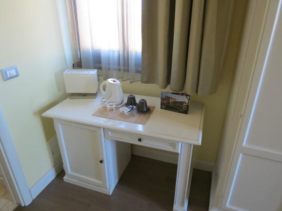 Dea Flora: angolo della camera, frigo e teiera