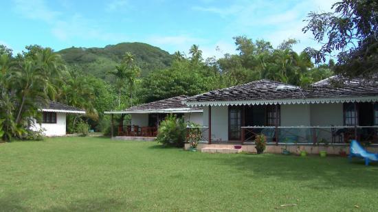 Hotel Atiapiti : rechts im Bild der große Bungalow