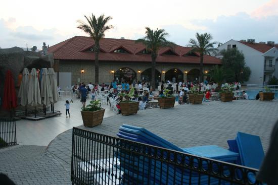 The Grand Ucel Hotel: havuz başı yemek keyfi