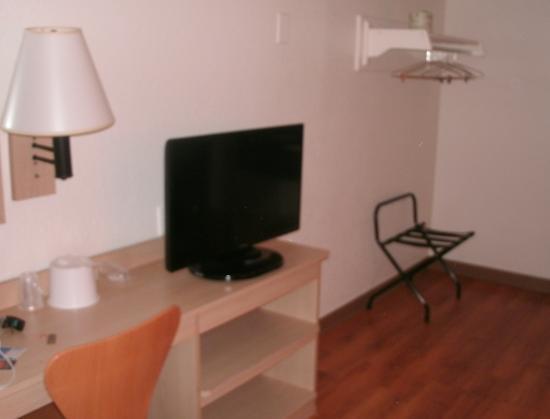 Motel 6 Brattleboro: Desk, chair, lamp, TV, hangars -- that's about it