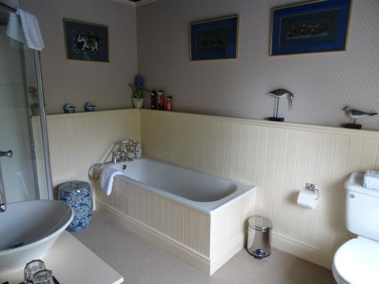 Whitepark House: bathtub in large ensuite bathroom