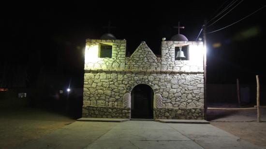 Hosteria Incahuasi: Vista nocturna de la pintoresca iglesia de ADLS