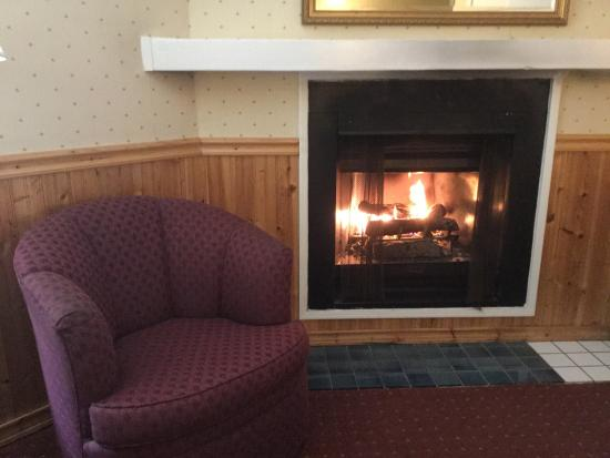 Carmel Fireplace Inn: Nice way to end a busy day.