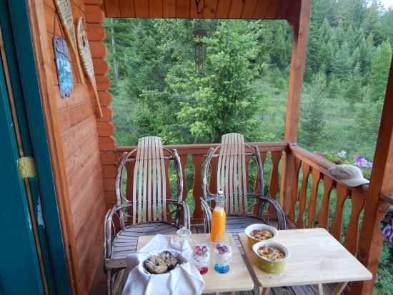Kila, MT: Breakfast on the beautiful porch