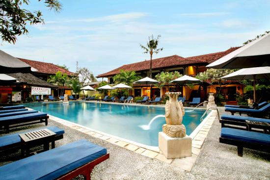 Legian Paradiso Hotel: Pool with Swim up Bar