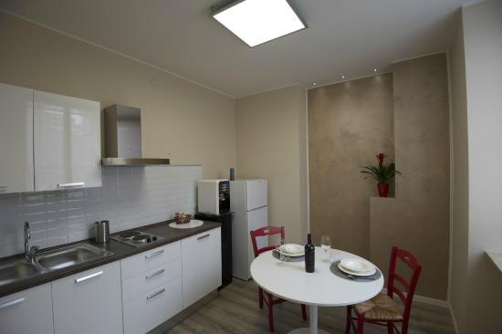 Cucina completa di elettrodomestici - Foto di Relais Arena, Verona ...