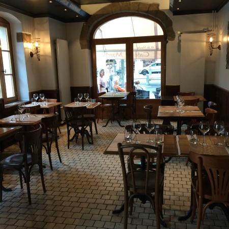 Int rieur caf picture of cafe du marche carouge for Marche interieur