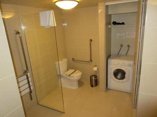 Bayswater, นิวซีแลนด์: Accessible bathroom with washing machine/dryer