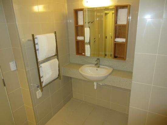 Bayswater, นิวซีแลนด์: Bathroom with heated towel racks