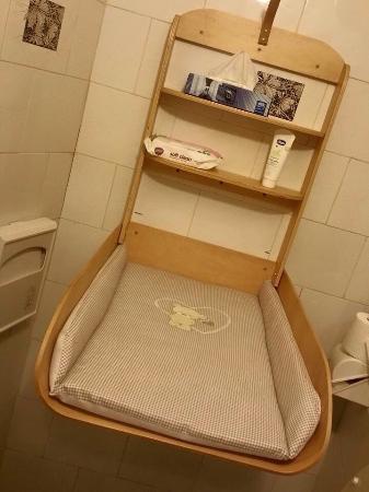 Il fasciatoio al bagno per i più piccoli - Foto di Pizzeria L ...