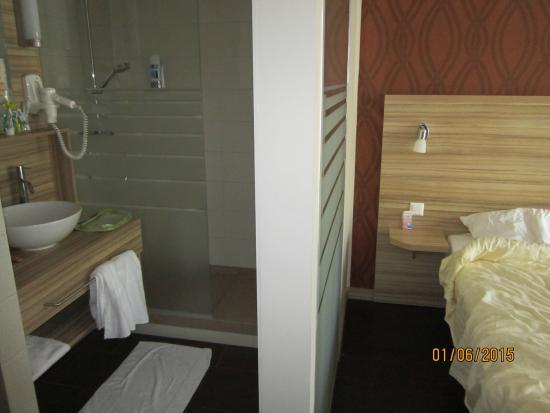 Parete di vetro tra bagno e camera da letto - Foto di Star Inn Hotel ...