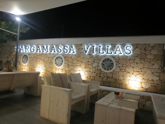 S'Argamassa Villas: straatzijde, restaurant