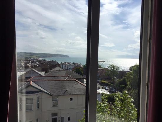 Wight Bay Hotel: The view of the white cliffs and the memorial from our window, beautiful!