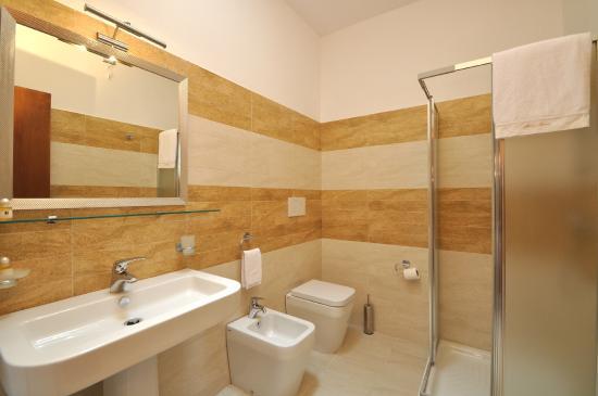 Bagno completo - Foto di Hotel Roma, Lido Marini - TripAdvisor