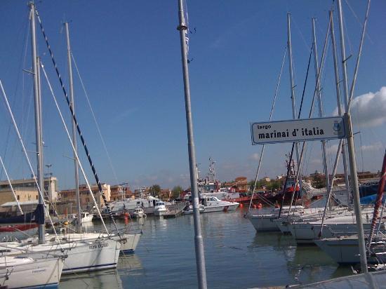 La Caravella: рядом с отелем бухта, где стоят яхты