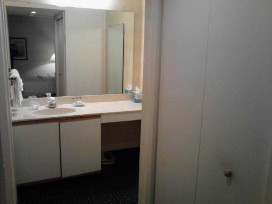 Hawthorn Suites by Wyndham Green Bay: Suite 813 - vanity