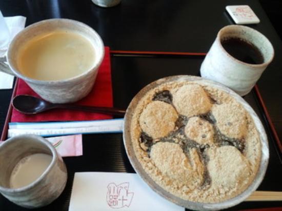 Toshimayakaryo Hatokoji: 本わらび餅 できたてほかほかです。