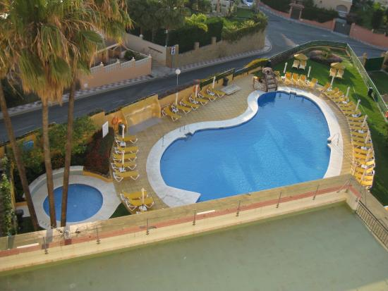 Zwembad Op Balkon : E zwembad vanaf ons balkon foto van hotel monarque torreblanca