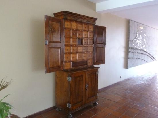 Hotel Porto Santo & SPA : Contador antigo no lobby