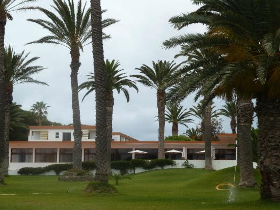 Hotel Porto Santo & SPA : Jardim da frente a caminho da praia