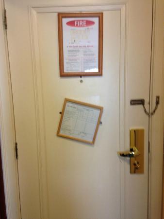 Grafton Capital Hotel: broken signage on door - not repaired