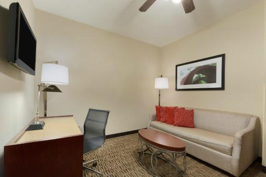 Hawthorn Suites by Wyndham College Station: Living Area