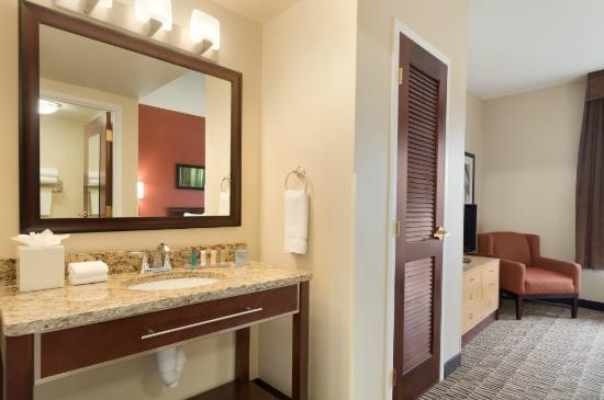 Hawthorn Suites by Wyndham College Station: Vanity Area