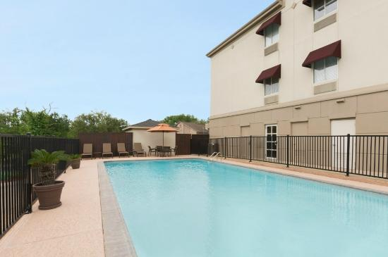 Hawthorn Suites by Wyndham College Station: Outdoor Swimming Pool