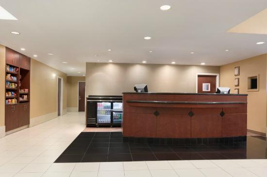 Hawthorn Suites by Wyndham College Station: Front Desk