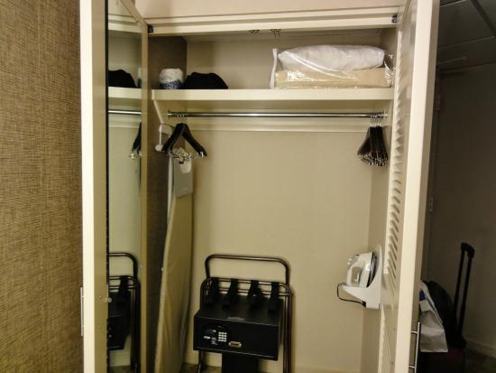 Hyatt Regency San Francisco: Closet With Mirror, Safe, Ironing Board.