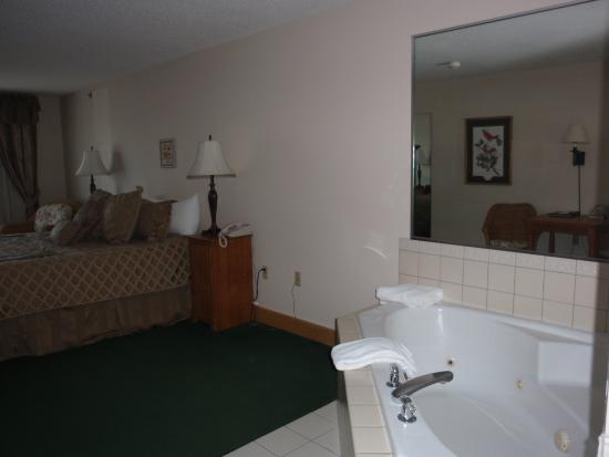 Flat Creek Inn & Suites: Whirlpool in Grand Suite