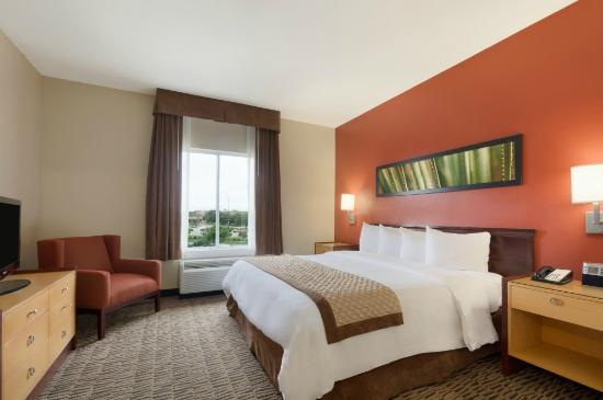 Hawthorn Suites by Wyndham College Station: Standard King Suite
