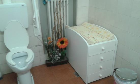 bagno pulitissimo con fasciatoio per cambiare neonati - Foto di ...