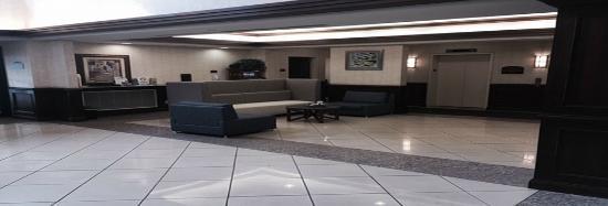 Holiday Inn Express Hauppauge: Main Hotel Lobby