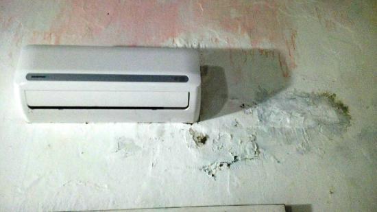 Puertas Para Baño Heredia:de HABITACIÓN 5 humedad y pared descascarada – Photo de Hotel Puertas