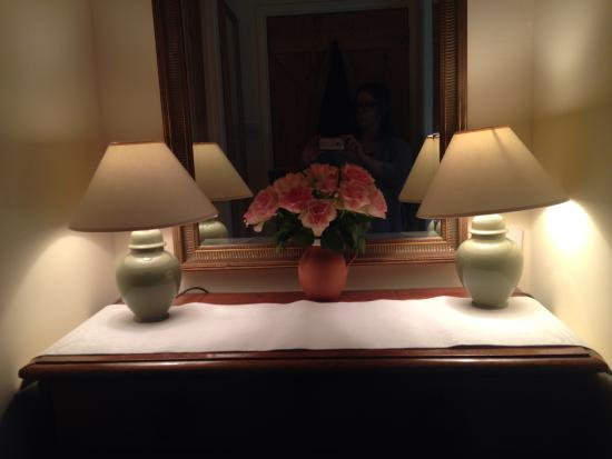 Parford Well Bed & Breakfast: Fresh roses in my lovely room!