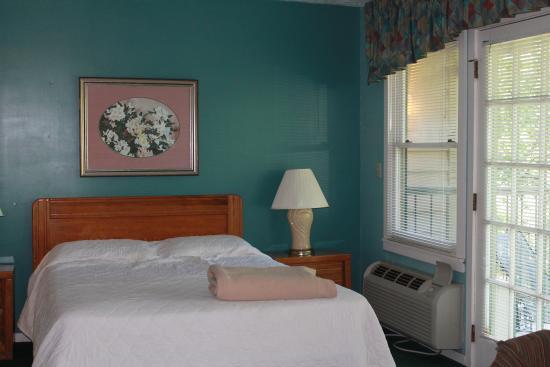 Carr's Northside Cottages & Motel: bed behind living area