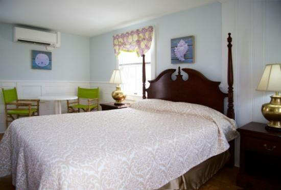 Inn On The Beach: Standard Queen room .