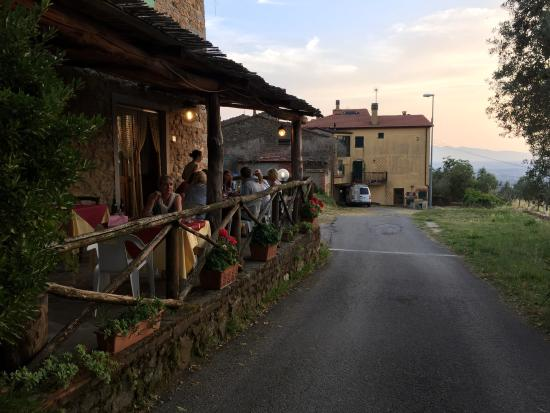 Agriturismo il Lampaggio: Outdoor patio, lots more seating inside and in the garden