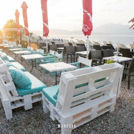 Marogia Beach Coffee Food Bar: 5 meters from the sea
