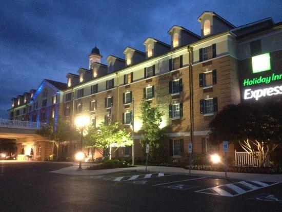 晚间旅店外观