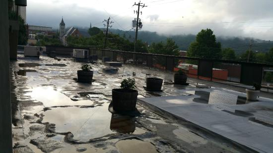 Downtown Inn & Suites: View across the first floor roof from 2nd floor room after the rain.