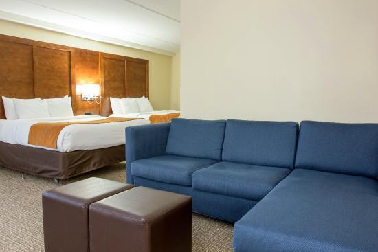 Double Queen Suite Sitting Area
