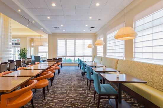 Great Hilton Garden Inn Philadelphia/Ft. Washington: Breakfast Sitting Area 1