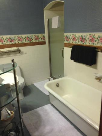 Cowslip's Belle B & B and Boutique Vacation Rentals: Rosebud bathroom