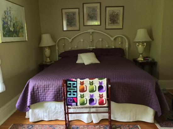 Bernard Gray Hall Bed and Breakfast: Magnolia room
