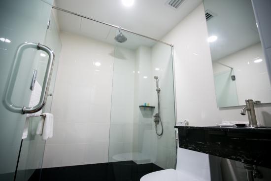 Belllo Hotel JB Central: Rain Shower Ensuite Bathroom
